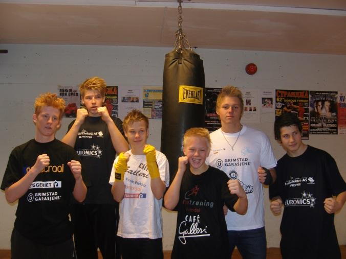 På bilde fra venstre til høyre: Fredrik Tellefsen 63kg. Simon Clemet Berg 90kg. Håkon Hausevik 54kg. Aleksander  G Virtanen 47kg. Daniel Navjord 85 kg og helt til høyre på bilde Åge Andre Aaser som fungerte som sekundant i ringhjørnet.
